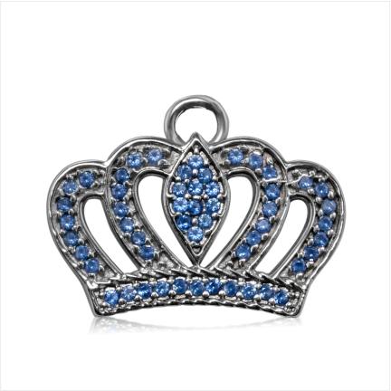 Pingente em formato de coroa com  zircônias azuis