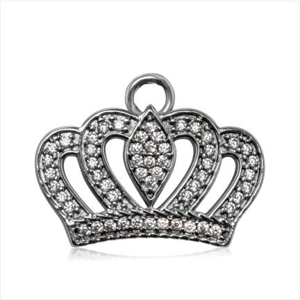Pingente em formato de coroa com  zircônias brancas